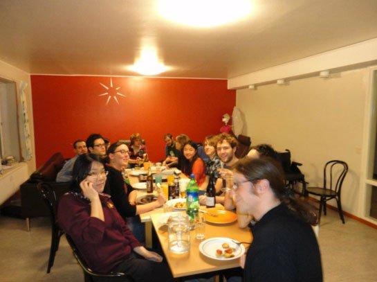 Compañeros de Erasmus durante la cena