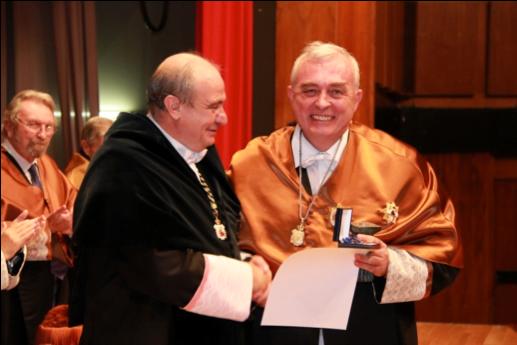 D. Javier Uceda recoge el premio de manos del Rector D. Carlos Conde