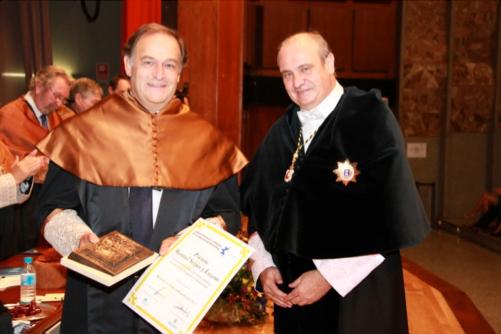 D. Antonio Madrid recoge el premio de manos del Rector D. Carlos Conde