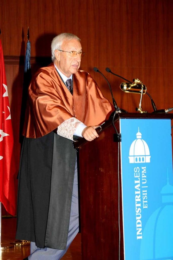 Don Julián pavón durante la Entrega de Diplomas de Escuela Industriales