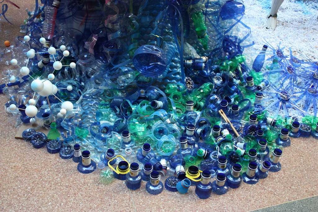 """Materiales de la columna """"azul"""" en la escultura de luz reciclada de la semana de la ciencia de industriales"""
