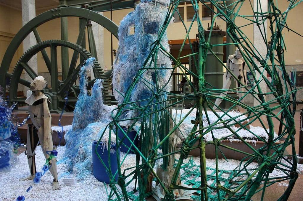 """Cestería tradicional en la Columna """"verde"""" en la escultura de luz reciclada de la semana de la ciencia de industriales"""