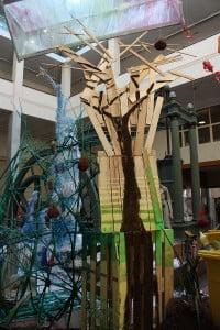 Columna de madera en la escultura de luz reciclada de la semana de la ciencia de industriales