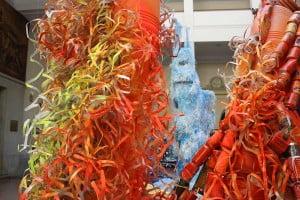 """Columna """"Rojo-naranja"""" en la escultura de luz reciclada de la semana de la ciencia de industriales"""