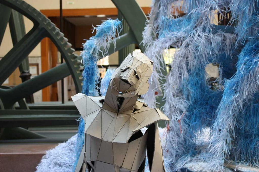 """""""Hombres de Cartón"""" en la escultura de luz reciclada de la semana de la ciencia de industriales"""