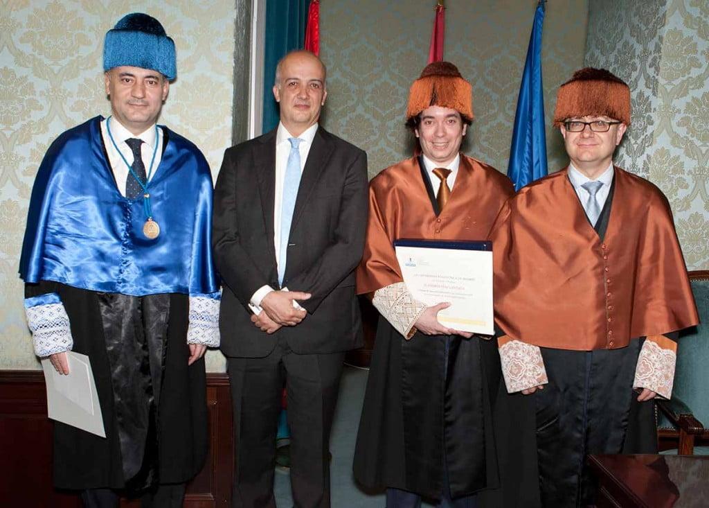 Los Doctores de la ETSII UPM posan junto al director