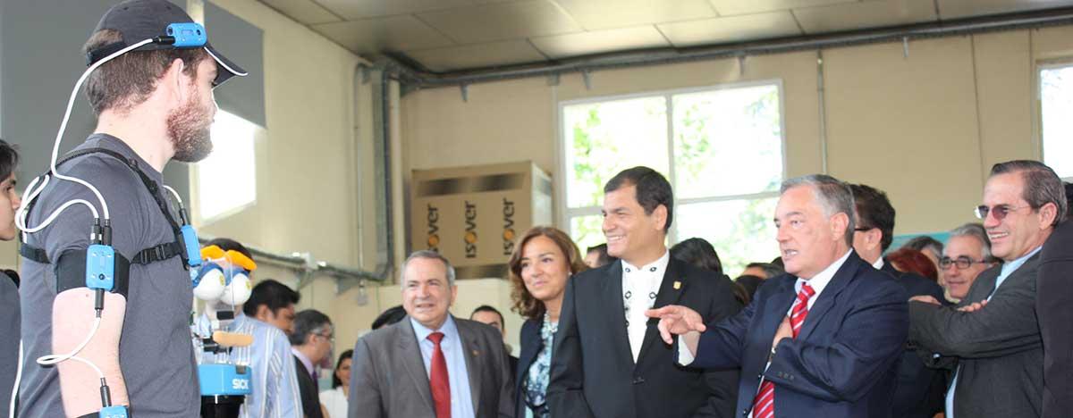 Presidente Correa en su visita al CAR mira al robot de ETSII