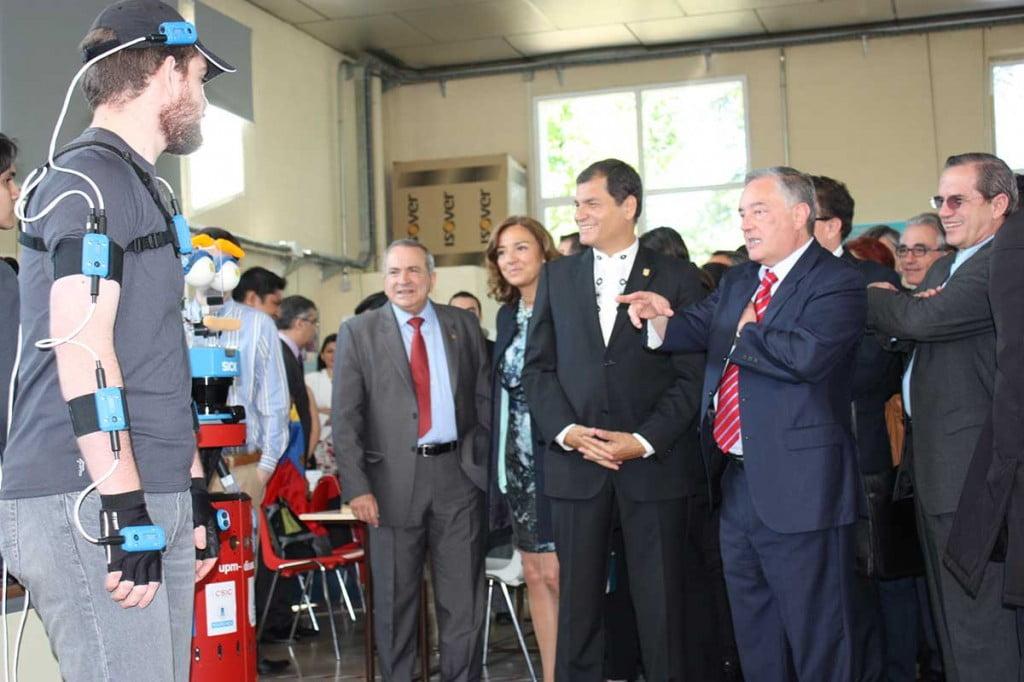 El presidente correa junto a Urbano el robot de ETSII en su visita al CAR