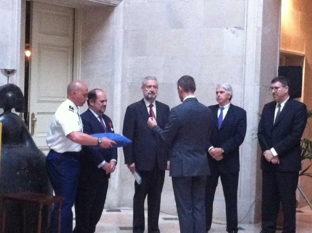 El catedrático Enrique Alarcón recibiendo la Orden de las Palmas Académicas