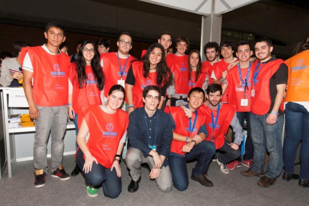 Estudiantes de Ingeniería en la feria Aula