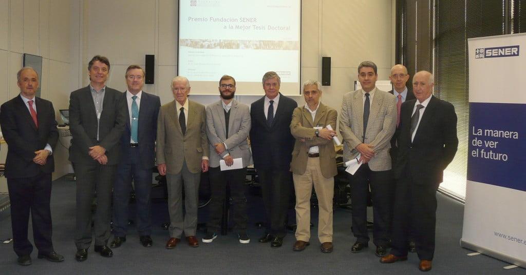 El patronato de la Fundación SENER con el premiado, en el centro de la imagen-