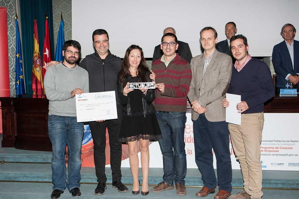 El equipo de Innofluence recibe el premio de la competición ActúaUPM de manos de Clara Jiménez, de Accenture